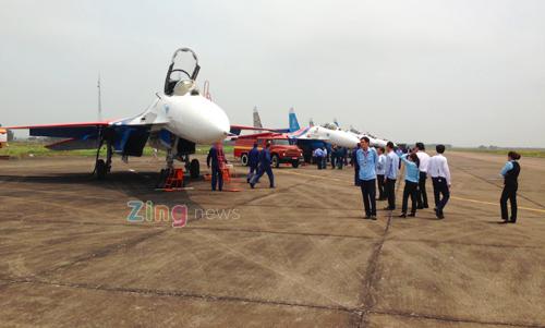 CẬP NHẬT: Chiếc Su-30SM đầu tiên đã hạ cánh xuống Nội Bài - Ảnh 2.