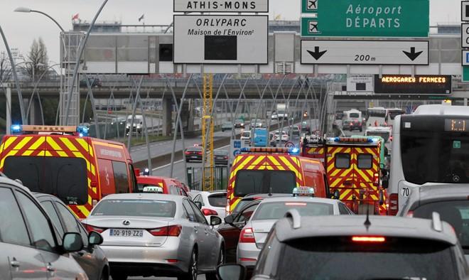 Nổ súng ở sân bay Paris, cảnh sát bắn chết một người - Ảnh 1.