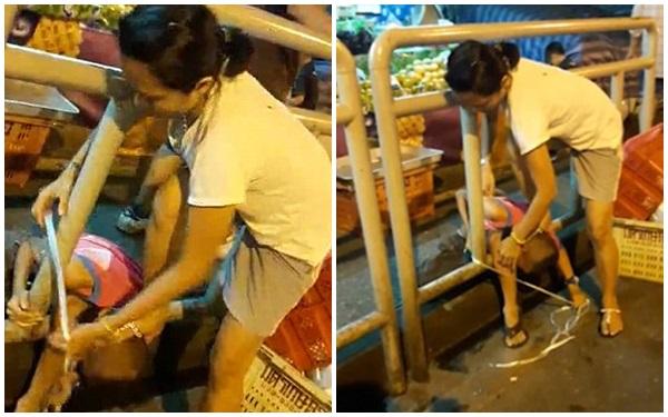 Phẫn nộ bà mẹ dùng chân ấn đầu con xuống đất, lấy dây buộc con vào rào chắn - Ảnh 2.