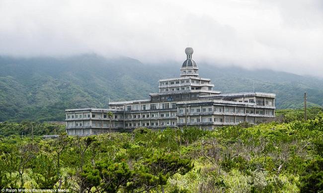 Cảnh hoang tàn ở khách sạn từng lớn nhất Nhật Bản một thời - Ảnh 1.