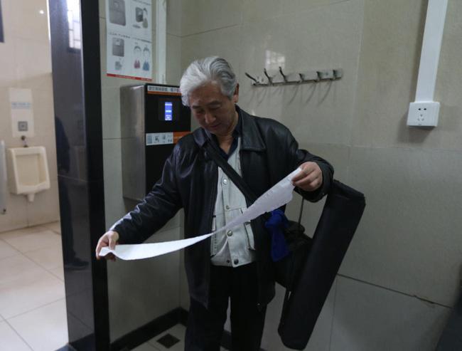 Công viên ở Bắc Kinh lắp thiết bị đặc biệt để ngăn người dân biển thủ giấy vệ sinh - Ảnh 2.