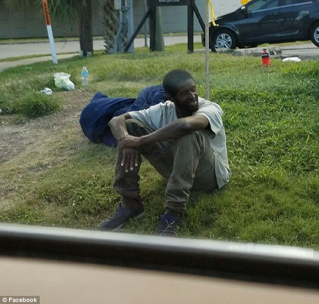 3 năm không xin ăn, chỉ ngồi đợi mẹ ở góc phố và cái kết có hậu dành cho chàng trai vô gia cư - Ảnh 1.