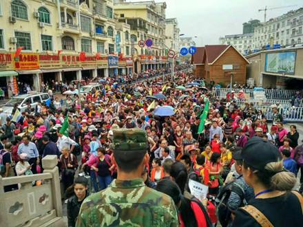 Du khách Trung Quốc kẹt cứng cửa khẩu Móng Cái và vịnh Hạ Long - Ảnh 1.