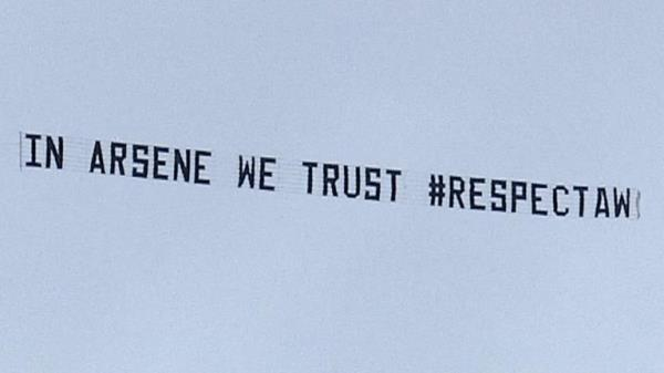 Tiết lộ BẤT NGỜ về chủ nhân thuê máy bay chở băng rôn ủng hộ Wenger - Ảnh 2.