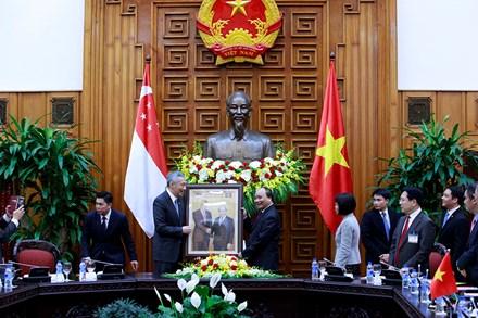 Thủ tướng Nguyễn Xuân Phúc tặng Thủ tướng Singapore món quà độc đáo - Ảnh 1.