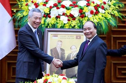 Thủ tướng Nguyễn Xuân Phúc tặng Thủ tướng Singapore món quà độc đáo - Ảnh 2.