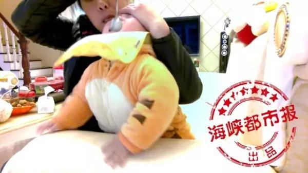 Không chịu ăn, bé 1 tuổi bị bảo mẫu thẳng tay tát mặt, bóp mũi suýt ngạt thở - Ảnh 1.