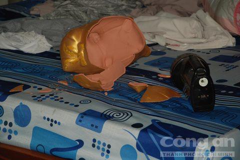 Vụ 2 mẹ con chết thảm bên hông nhà: Cửa phòng ngủ và heo đất bị đập vỡ 1