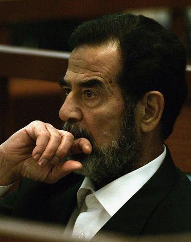 Những giây phút cuối cùng của Saddam Hussein trước khi bước lên giá treo cổ - Ảnh 4.