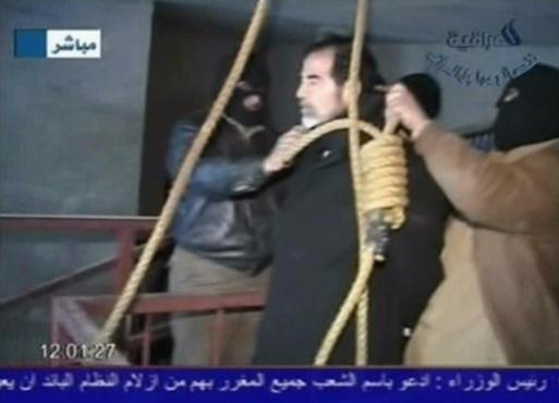 Những giây phút cuối cùng của Saddam Hussein trước khi bước lên giá treo cổ - Ảnh 6.