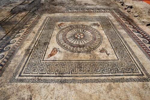 Tìm thấy nhiều tấm khảm bí ẩn, vết tích của một thành phố La Mã cổ đại bị chôn vùi - Ảnh 1.