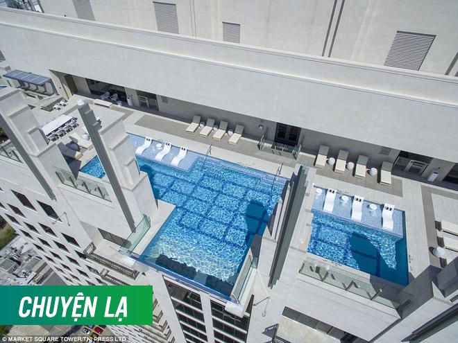 Bể bơi xuyên thấu trên đỉnh tòa nhà 42 tầng thách thức những người sợ độ cao - Ảnh 3.
