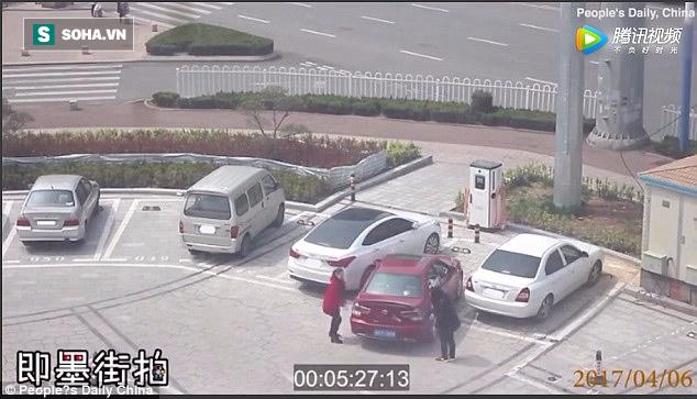 Loay hoay đỗ xe mãi không xong, hai người phụ nữ đã làm một việc ngoài sức tưởng tượng - Ảnh 2.