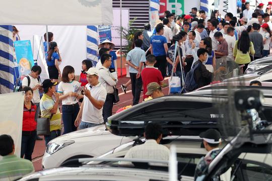 Đông nghẹt người đi chợ ô tô giá rẻ - Ảnh 1.