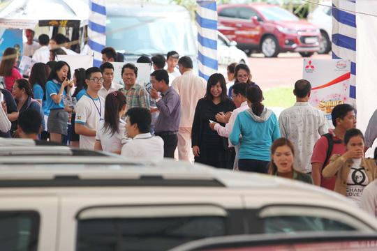 Đông nghẹt người đi chợ ô tô giá rẻ - Ảnh 2.