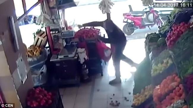 Thổ Nhĩ Kỳ: Người đàn ông dùng cà chua đánh bại tên cướp có vũ trang - Ảnh 2.