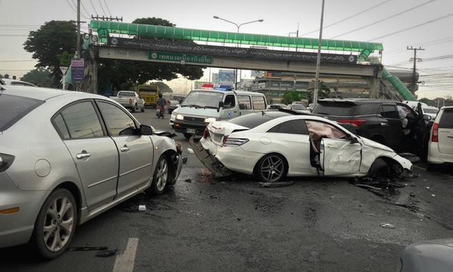 Phát hiện chồng đang chở bồ nhí, vợ cuồng ghen lao thẳng ô tô vào xe Mercedes của chồng - Ảnh 1