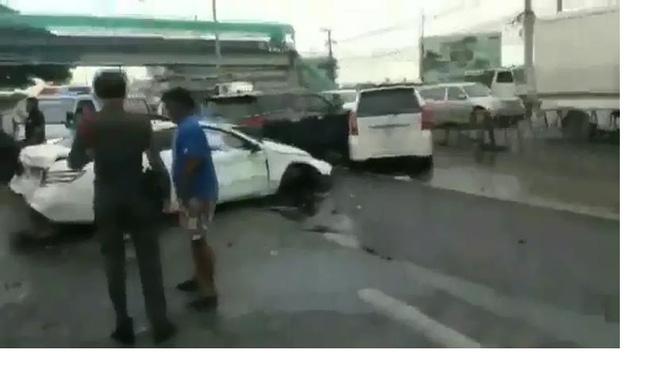 Phát hiện chồng đang chở bồ nhí, vợ cuồng ghen lao thẳng ô tô vào xe Mercedes của chồng - Ảnh 2