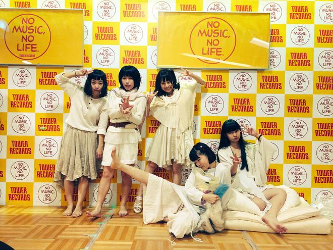 Nhóm nhạc nữ Nhật gây phẫn nộ vì sẵn sàng chụp ảnh giường chiếu với fan để bán được album - Ảnh 1.