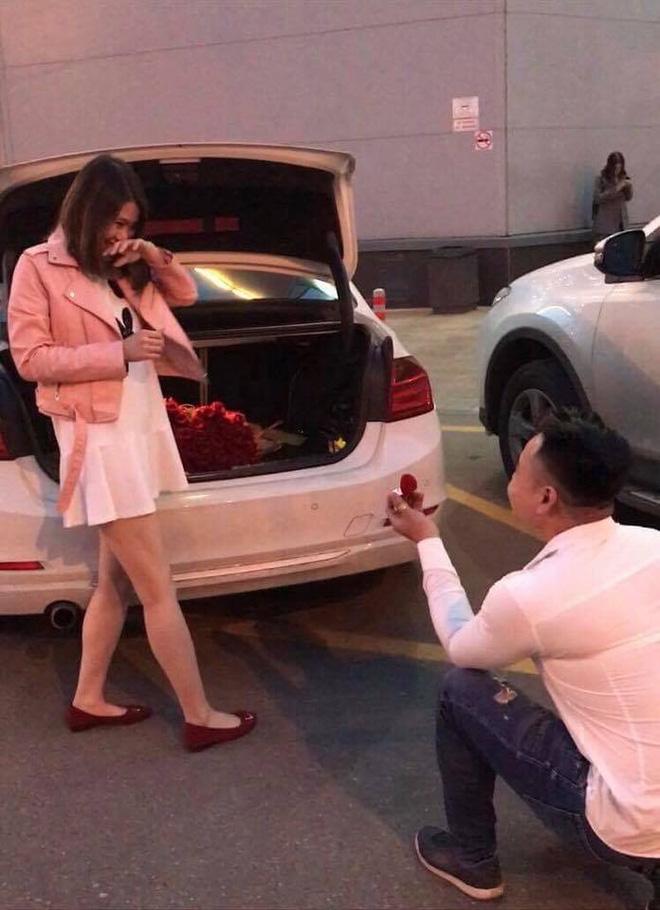 Chuyện tình vượt thử thách phía sau màn cầu hôn với 101 đóa hồng bên xe sang BMW 2