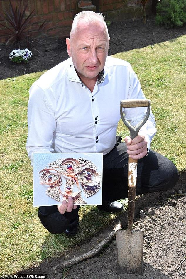 Đào đất trong vườn nhà, bất ngờ tìm thấy trang sức cổ 1.400 năm tuổi - Ảnh 1.