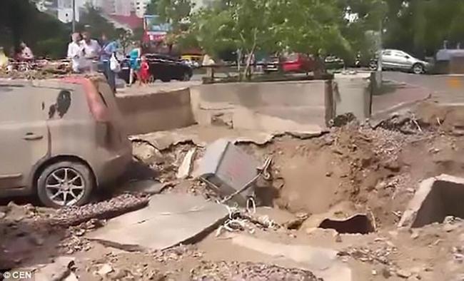 Đường ống nước ngầm đột ngột phát nổ sau 37 năm bị lãng quên dưới lòng đất Ukraina - Ảnh 2.