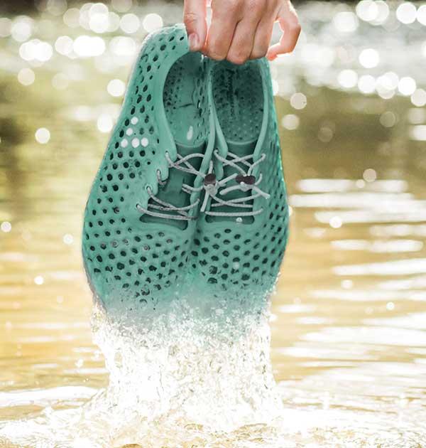 Đôi giày này sẽ là cứu cánh cho vấn nạn ô nhiễm môi trường nước trong tương lai - Ảnh 1.