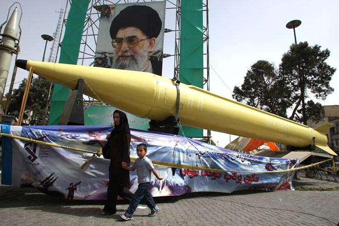 Iran nã hàng loạt tên lửa đất đối đất vào khu vực miền Đông Syria  - Ảnh 1.