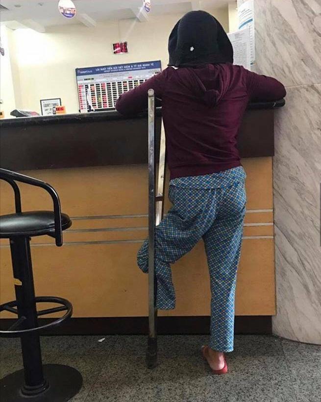 Không biết chữ, đôi chân chẳng lành lặn, người mẹ này vẫn khiến bao người cảm phục vì một câu nói giữa ngân hàng - Ảnh 1.