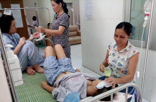 Báo động số ca mắc sốt xuất huyết tăng vọt gấp 4 lần ở Hà Nội - Ảnh 1.