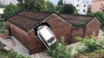 Kỳ lạ ngôi nhà thờ họ 4 lần bị ô tô tông thủng tường 1