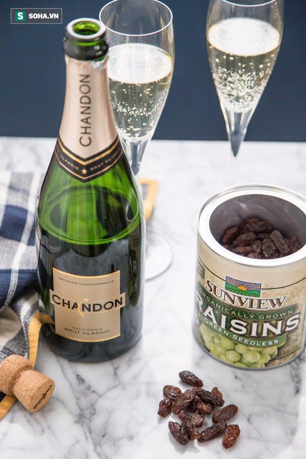 Điều bất ngờ thú vị gì xảy ra khi bỏ nho khô vào rượu champagne? - Ảnh 2.