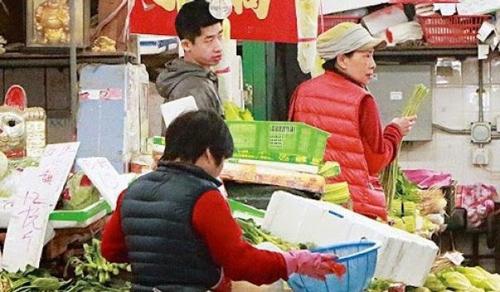 Giàu có bậc nhất Hong Kong nhưng Châu Nhuận Phát vẫn đi xe buýt, mặc áo cũ và ăn cơm bình dân - Ảnh 2.