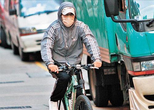 Giàu nứt đố đổ vách nhưng Châu Tinh Trì vẫn mặc đồ thể thao giá rẻ, đi xe đạp, ăn vỉa hè - Ảnh 4.