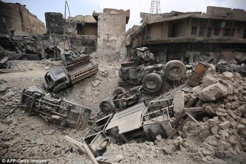 Kinh hãi: Nữ chiến binh IS ôm con nổ bom tự sát để giết lính Iraq - Ảnh 1.