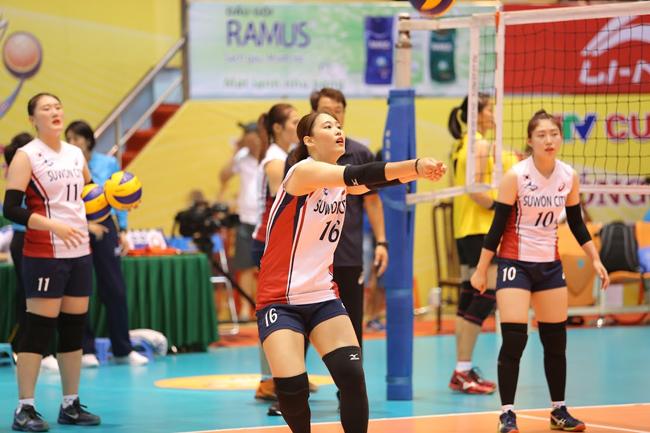 Dàn chân dài Hàn Quốc hút hồn fan ở bóng chuyền VTV Cup - Ảnh 1.