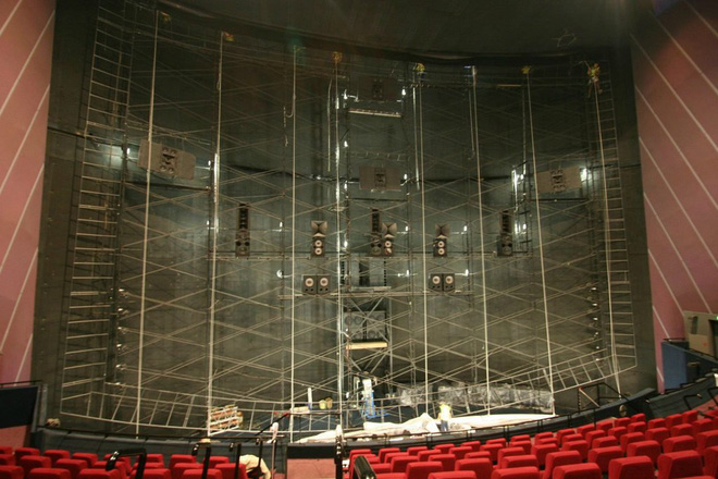 Có thể bạn chưa biết, đây là những gì có ở phía sau màn hình chiếu phim tại rạp - Ảnh 1.