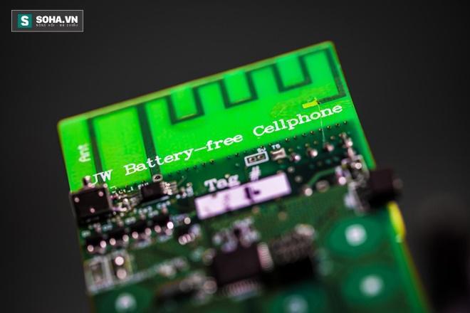 Từ bỏ nỗi lo hết điện với chiếc điện thoại không pin đầu tiên trên thế giới - Ảnh 1.