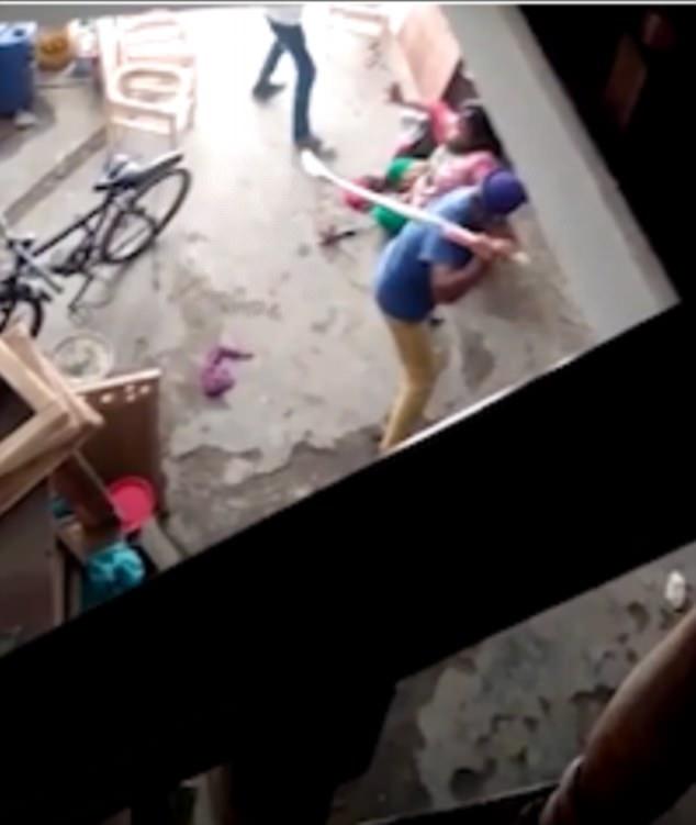 Ấn Độ: Sinh con gái, người phụ nữ bị gia đình chồng dùng gậy đánh cho thừa sống thiếu chết - Ảnh 2.