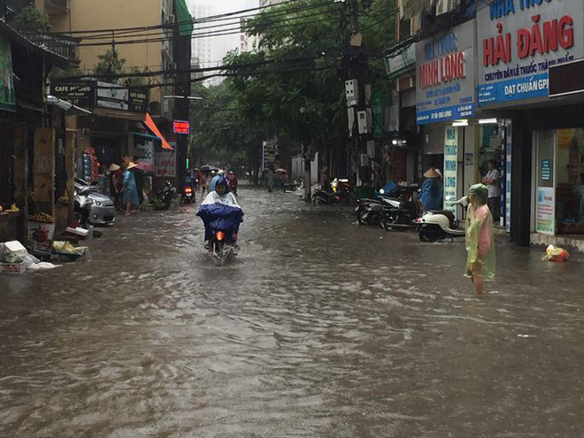 Bão số 2 gây ngập sâu tuyến đường ở Hà Nội