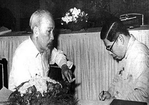 Vị tướng mang hơn 1 tấn tài liệu chế tạo vũ khí về Việt Nam - Ảnh 2.
