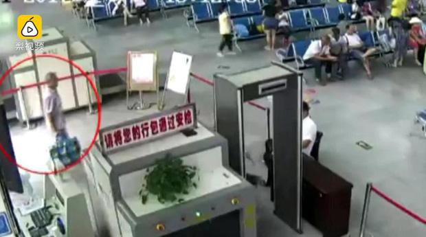 Khách để đồ lên máy soi, nhân viên an ninh bàng hoàng phát hiện ra 2 cánh tay người trong túi hành lý - Ảnh 1.