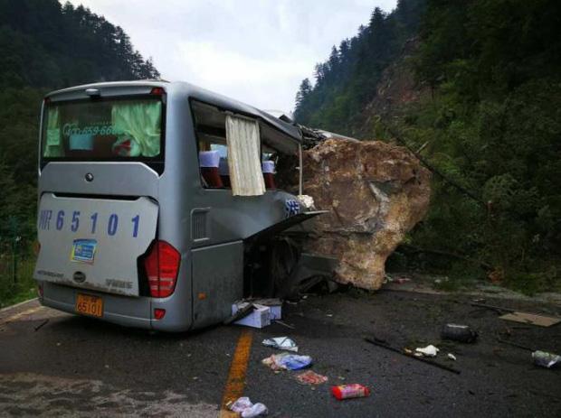Những hình ảnh kinh hoàng ở thiên đường hạ giới Cửu Trại Câu sau vụ động đất 7 độ Richter - Ảnh 2.