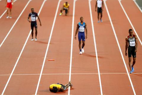 Usain Bolt chấn thương, lê lết về đích ở lần chạy cuối cùng trong sự nghiệp - Ảnh 2.