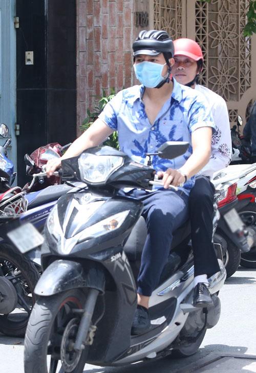 Sau sự hào nhoáng bên ngoài của showbiz, vẫn có những sao Việt giản dị đi xe máy, ăn mì tôm giản dị - ảnh 1