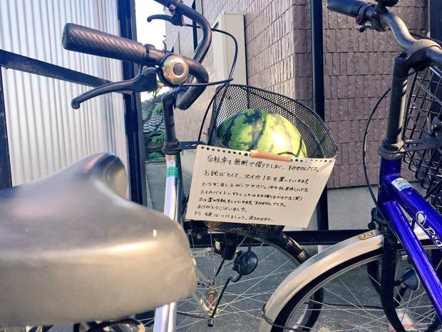 Trộm xe phong cách Nhật Bản: Mượn tạm rồi trả lại kèm quà quý và lời nhắn nhủ khiến dân mạng cười lăn - Ảnh 1.