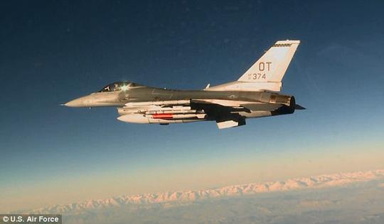 Hồi tháng 3, một chiếc F-16 cũng vận chuyển và thả bom B61-12 trong cuộc thử nghiệm đầu tiên. Ảnh: KHÔNG QUÂN MỸ