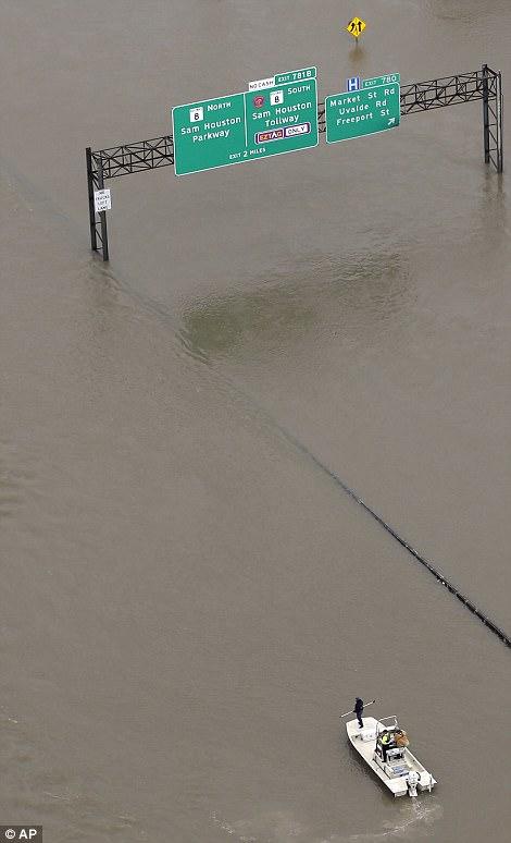 [Ảnh] Bão Harvey biến đường cao tốc Houston thành biển nước, sóng đánh dập dìu - Ảnh 7.