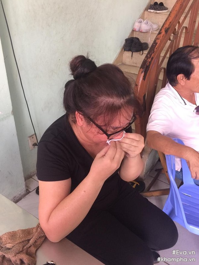 Mẹ Đông Hùng bật khóc trước việc con trai bị chủ nợ hành hung - Ảnh 1.