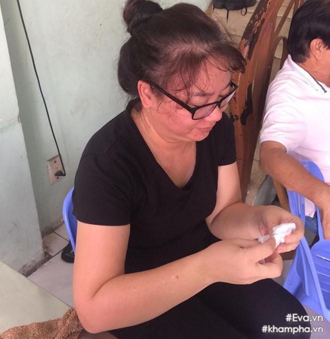 Mẹ Đông Hùng bật khóc trước việc con trai bị chủ nợ hành hung - Ảnh 2.